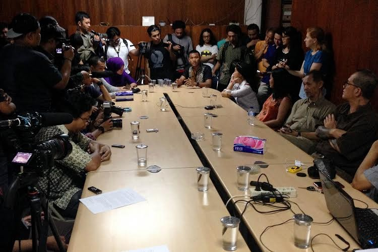 A number of writers and literacy activists present their statements against book banning at the Jakarta Arts Council (DKJ) headquarters on Friday. Indonesian students overseas have also condemned recent seizures of leftist books.(thejakartapost.com/Viriya Paramita Singgih)