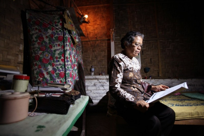 "Kadmiyati sedang belajar di sekolah pendidikan guru di Yogyakarta pada 1965 ketika ia ditangkap. ""Kapan akan ada keadilan? Siapa yang sadis dan kejam? Komunis? Atau pelaku pembunuhan? [Kita harus] menemukan kebenaran."" Foto dari Asia Justice and Rights."