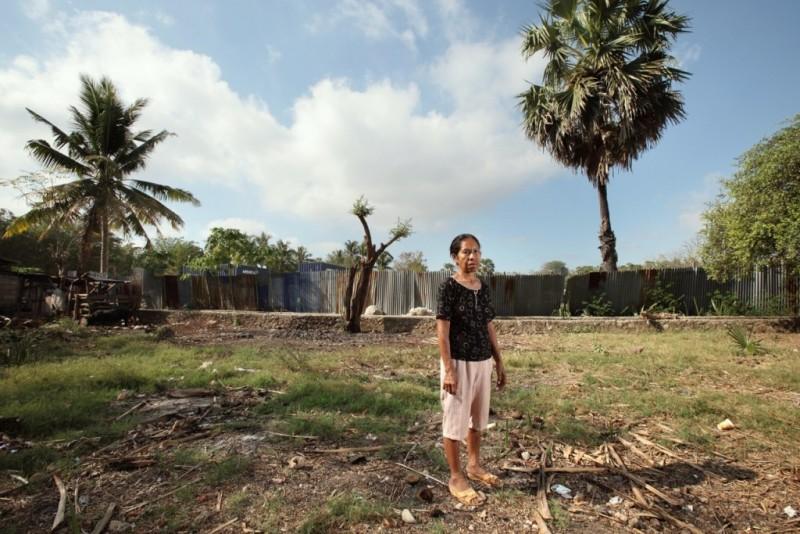 """Frangkina Boboy. Ayahnya diduga terlibat dengan Partai Komunis, dan ditangkap dan ditahan pada 1965. """"Ayah saya memiliki tanah di Lasiana -sebuah rumah dan sawah – tetapi karena dia dituduh sebagai komunis, keluarganya mengambil itu semua. Kami tidak memiliki apa-apa lagi, dan harus tunduk di atas tanah yang sebenarnya dimiliki oleh orang tua saya."""" Foto dari Asia Justice and Rights."""